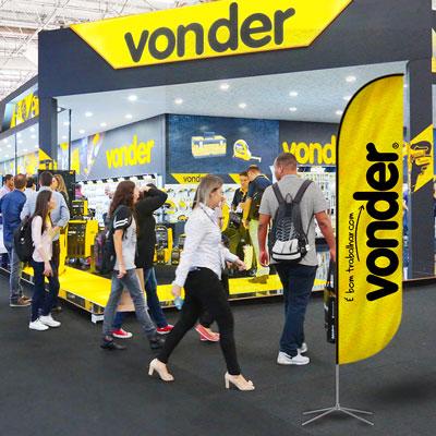 Wind Banners em Feiras e Eventos - Modelo PENA personalizado para a VONDER